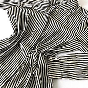 Denne stribede skjorte er rimelig lækker, og derfor er den også blevet brugt en del. Af den grund er den en smule slidt ved det ene ærme, som det ses på sidste billede. Men ellers fejler den ingenting, dog sælges den alligevel billigt. For yderligere info, er du velkommen til at skrive <33 #GøhlerSellout