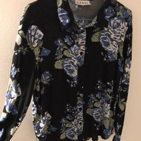 Så fin blomstrer Ganni skjorte. Desværre for kort på ærmerne til mig. Den er brugt men kan sagtens bruges mere :-)