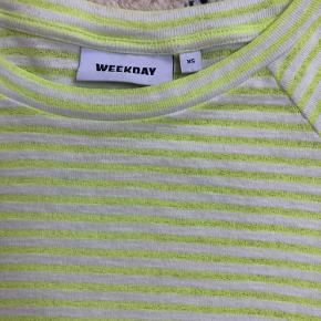 Fin neongul og hvid stribet t-Shirt fra weekday. Kan afhentes i Århus C eller sendes på købers regning🤗 BYD gerne!