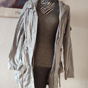 Tynd jakke fra Saint Tropez.  Kan afhentes i Roskilde, tages med til Odense eller sendes.