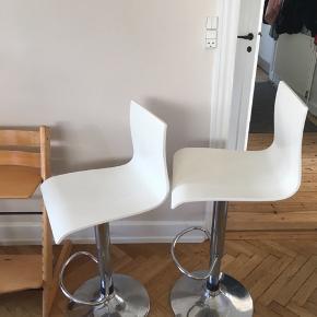 To barstole - en del småridser i den hvide lak (vil karakterisere det som alm. Brugsspor), men fejler ikke noget ellers :-) 100 for begge