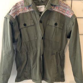 Sommer jakke, med fine detaljer. Der er bånd i taljen til at stramme ind. Ærmerne kan lynes af, så det bliver en vest. 🦋