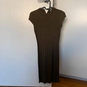 Lang grøn kjole  Xs - s   #30dayssellout #trendsalesfund  Fest , galla , sommer  Vila , envii , h&m , monki , selected femme , zara