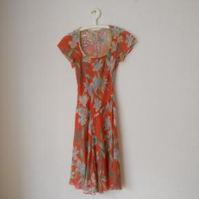 Helt unik kjole i blomsterprint, der kan vendes. To i én ;) Passer small/medium. Halv silke, halv rayon.