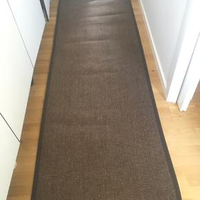 Brunt tæppe i kraftigt materiale, L: 140 cm, B: 80 cm