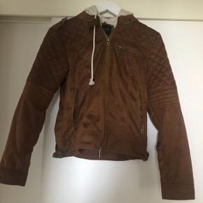 Så flot, brun jakke med grå hættetrøje-look. Sælges for en veninde. Jakkens stand er næsten som ny.Mener det må være en str S/M men hvis man er interesseret i jakken, så skriv - så vil jeg lige 100% finde ud af størrelsen. 😉  Hvis den skal sendes, betaler køber fragt.  Mvh Betina Thy