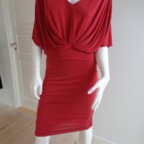 Flot kjole med strech. Kjolen er normal i størrelsen. Style : Madonna Dress.  Matriale 70 % Modal, 30 % polyester.