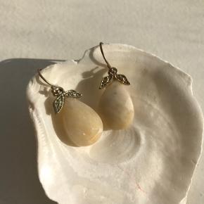 Små guld øreringe med beige sten