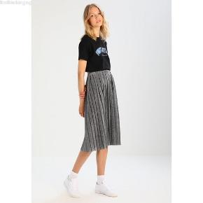 Sælger min seje envii nederdel. Brugt 2 gange.  Tags: Prada / Fedi / vintage / prada / pink / rosa / Styleaddict / Levi's / Vergegirl  Envii / envii / Stine Goya / Glimmer / glimmer / nytår / Vibe / Zara / H&M / glimmernederdel