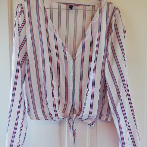 Fed stribet cropped trøje med binde-detalje. Desværre aldrig fået den brugt. Tager ikke billede af tøjet på 🌺