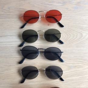 Sælger disse retro round sunglasses solbriller. Har dem i: Guld med brun glas  Guld med grønligt/sort glas Guld med rødt glas Sort med sort glas  Guld med sort glas   Solbrillerne koster: 1 stk. 75 kr plus porto (10 kr) 2 stk. 120 kr plus porto (20 kr) - spar 30 kr  3 stk. 180 kr plus porto (20 kr) - spar 45 kr  De kan også hentes i Århus  Solbrillerne ligger stadig i original emballage, og er derfor ikke brugt, kun til at vise på billedet
