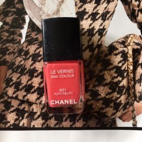 "Fin farve fra Chanel: 621 Tutti Frutti . Kanten går et stykke over teksten ""le vernis"" så den er stadig meget fyldt. Toplåg medfølger, æsken følger ikke med.   Se også alle mine andre annoncer.   Søgeord: nail polish pink  nail colour neglelakker neglelak"