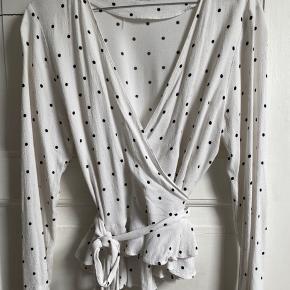 Lækker skjorte fra samsøe samsøe med små sorte prikker. Skjorten er brugt et par gange, men har ingen skader. Kan afhentes ved Nørreport st. eller sendes mod fragt 💛
