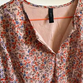 Kjole fra Yas. Aldrig brugt. Elastik i taljen. Muligt at åbne lidt i halsen. Gammelrosa bund med blomster.