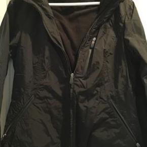 sort jakke, vind og vandtæt, kun brugt få gange. Køber betaler porto.