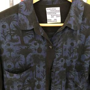 Den flotteste Baum und Pferdgarten skjorte med palme print. Skjorten er i 100% silke og i rigtig god stand.