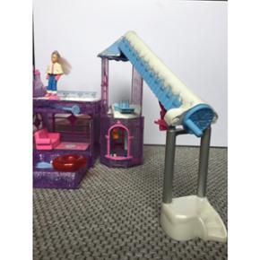 Polly pocket, Winter land med flere funktioner. Brugt legetøj i god stand, alt virker som det skal. Umiddelbart fast pris, men giv et bud.