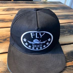 Fly Society cap. One size med justerbar rem bagpå. Cappen er brugt få gange og er i rigtig god stand