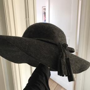 fin hat fra DAY I uld med indvendig elastik, så man ikke ser dum ud i blæsevejr :)