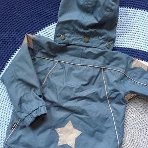 Super fin jakke til overgang eller sommer. Super fine detaljer. Brugt sparsomt sidste sommer.