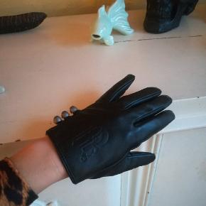 Fine handsker i læderlook med udskæringer og knapper i siden. Købt i Make-Up Store - Limited Edition.  Passer en str. small og lille medium.