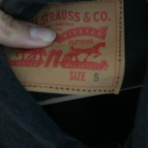 Denim jakke fra Levi's str. S men passer også en M. Den lidt slidt i looket, men sådan er den købt.