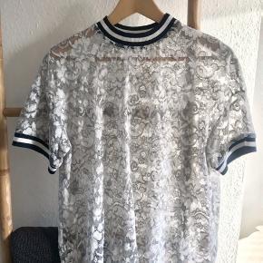 Flot blonde t-shirt fra Ganni sælges, da den desværre er lidt for stor til mig. Har intet slid! Jeg har kun brugt den én gang 👌✨  Det er en størrelse S, men passes også sagtens af en M 😊