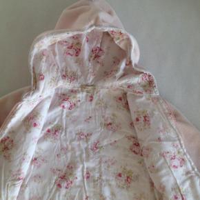 Skøn smuk lækker blød fleece jakke/cardigan.  Det er en str 4 år men lidt stor i det så min datter har brugt den mens hun var 5 år også.  Passer til den matchende kjole jeg også har til salg.