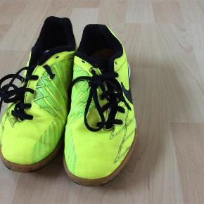 Mange timers idræt eller indendørsfodbold i disse sko:-)  Sko Farve: Lys Oprindelig købspris: 499 kr.
