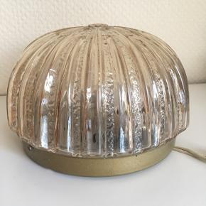 Væg-/loftslampe, kan også bruges som bordlampe 💡 // pris 225 kr.