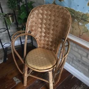 Super flot vintage bambus stol men super flotte udformninger. Har små-skader i flettet men er ellers helt fin. Vil være super fin med nogle store flotte puder 🤩 hynde medfølger 🌟