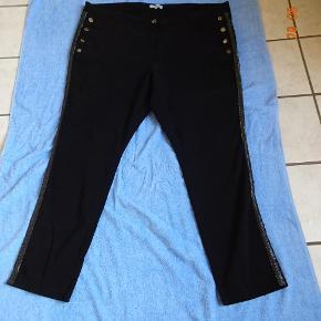 Smart Jeans med sølvkant ned af benet sælges, Bytter ikke. Livvidde:60x2 Skridthøjden foran 31 bagpå: 44 Lår:34x2 Indvendig benlængde: 78 Materiale_ 64% Viscose 33%: Polyester 3% Elasthan  Se også de andre annoncer jeg har.