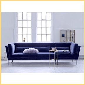 Mørkeblå velour sofa fra Bloomingville. Beskrives som:   'Smart og super behagelig sofa i blå polyester og med ben i metal i mørkegrå. Denne smukke og elegante sofa i skandinavisk design er perfekt til det moderne hjem. Rox sofa fra Bloomingville vil med sikkerhed give et frisk pust til hjemmet.    3 pers. sofa  Mål: B: 90 L: 293 H: 82 cm  Sæde: D: 63 x H:43 cm  Materiale: 100 % polyester, metalben i mørk grå'    Varen er en bestillingsvarer med 2-3 måneders leveringstid. Købt for cirka halvandet år siden og har minimalt med brugstegn.    Køber står for transport.