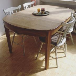 Et flot og solidt spisebord i træ.  B: 99 cm L: 149 cm  Der medfølger 2x tillægsplader som kan forlænge bordet med 50 cm og 100 cm, dvs bordet kan blive 199 cm OG 249 cm langt.