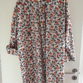 Flot lang skjorte men der er plet på indersiden af kraven derfor slidt. Bryst 60x2 Længde 105