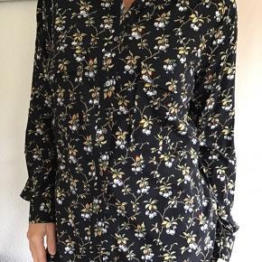 Smuk skjorte fra Heartmade i det smukkeste print.. Skjorten er en str. 40 og består af 93% Silke og 7% Elastan. Bytter ikke!