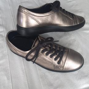 Super lækre metallic Ecco Soft 7 sneakers Str. 41 med skindsåler. Kun brugt et par gange.  Fremstår som nye, dog med et lille mærke som på billede 8, eller uden nogle brugsspor.  Nypris: 999