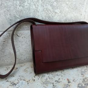 Håndlavet pc-taske i kernelæder, designet af Erik Magnussen, l 46 x h 30,5 x d 6 cm, 3750 kr., Nicolaj.