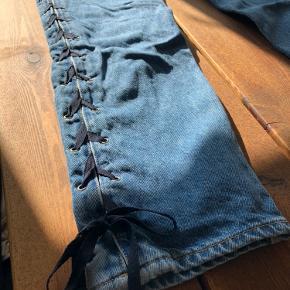 Et par højtaljede jeans. Brugt få gange.