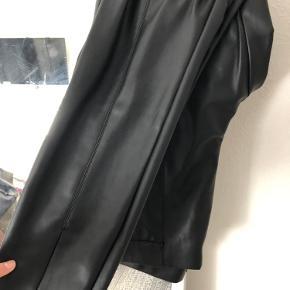 Lækker lignende bukser fra ZARA, købt i forkert str hvorfor den sælges.  Buksen er lille i str syntes jeg.