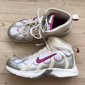 Super fede vintage Nike Air støvler. Med sølv og pink detaljer. God stand tager alderen i betragtning.