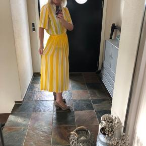 Lækreste sæt fra Diane Von Furstenberg i cool vintage stil , top i oversize snit  I top aktuel farve  Mp 700 pp via MobilePay