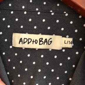 Fed skjorte fra ADDtoBAG i størrelse L - hvilket svarer til str. 14 år (164).   Har aldrig været brugt eller vasket, men mærket er klippet af.   Sælges evt. sammen med blazer fra Grunt også str. 14 år - se foto og særskilt annonce.