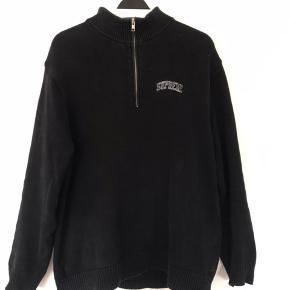 Supreme 1/4 zip sweater  Cool simpelt design, god til de koldere aftener.  God stand  Størrelse XL   Skriv gerne for flere informationer eller mængderabat.
