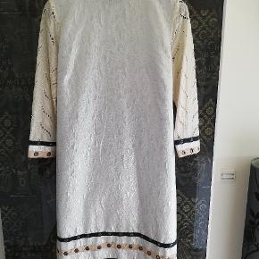 Fra Custommade By Numbers.   Brugt en enkelt gang.  Den flotteste kjole overhovedet, med SÅ mange fine detaljer.