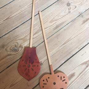 Fluesmækker, læder og træ. Unika læderfluesmækker håndlavet. Aldrig brugt. To forskellige. Stykpris 50kr Kan hentes kbh v eller sendes for 40kr dao