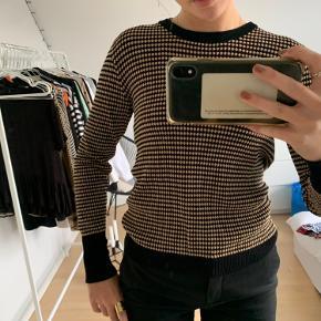 Blusen er rigtig en XL, men jeg vil sige den passer en S eller M da den er meget lille i størrelsen