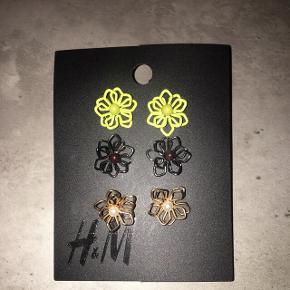 3 søde par øreringe, aldrig brugt.  Købt for 40 kr. i H&M, sælges for 10 kr.  Man kan hente dem ved min adresse på Amager - ellers sender jeg gerne med DAO, men køber betaler fragt ☺️