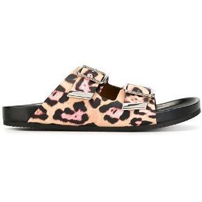 Kostede omkring 4000,- har dustbag.  Str 36, men kan passes af en 37.  Super fine givenchy sandaler i leopard mønster i lyserød mm. Hele skoen er udført i læder.   Bytter ikke!