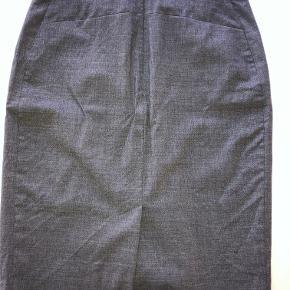 Lækker Ariela Tiger of Sweden nederdel med lommer. Brugt et par gange på arbejde i få timer i reception. Lækker kvalitet og sidder som syet til kroppen.